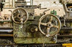 Handwheel av den gamla drejbänkmaskinen fotografering för bildbyråer