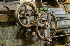 Handwheel av den gamla drejbänkmaskinen arkivbilder