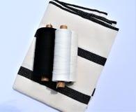 Handwoven katoenen die en linnenhanddoek met garens worden gebruikt om de handdoek te maken textiel stock fotografie