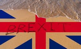 Handwritetekst Brexit op zandkustlijn stock afbeelding