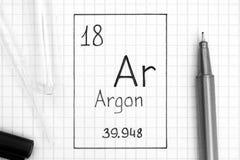 Handwriting chemicznego elementu argon Ar z czarnym piórem, próbną tubką i pipetą, fotografia royalty free