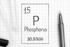 Handwriting chemicznego elementu fosfor P z czarnym piórem, próbną tubką i pipetą, zdjęcie stock