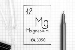 Handwriting chemicznego elementu magnezu Mg z czarnym piórem, próbny t obraz stock