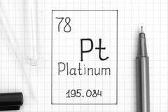 Handwriting chemicznego elementu platyna Pt z czarnym piórem, próbną tubką i pipetą, zdjęcia stock