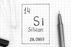 Handwriting chemicznego elementu silikony Si z czarnym piórem, próbną tubką i pipetą, fotografia royalty free