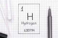 Handwriting chemicznego elementu wodór H z czarnym piórem, próbna balia fotografia stock