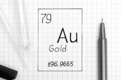 Handwriting chemicznego elementu Złocisty Au z czarnym piórem, próbną tubką i pipetą, Zakończenie zdjęcie royalty free