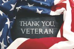 Handwriting dziękuje ciebie, weteran z flaga amerykańską fotografia royalty free