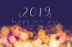 Handwriting 2019 szczęśliwych nowy rok na rocznik plamy bokeh świątecznym li obrazy stock