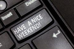 Handwriting tekst Ładnego weekend Pojęcia znaczenia życzenie ty dostajesz dobrych odpoczynkowych dni cieszysz się czas wolnego Kl obrazy royalty free