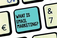 Handwriting tekst Co Jest emaila marketingiem Pojęcia znaczenia reklama wysyłać poczt gazetek promocji klawiaturę fotografia royalty free