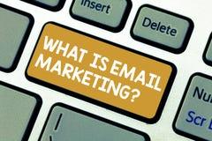 Handwriting tekst Co Jest emaila marketingiem Pojęcia znaczenia reklama wysyłać poczt gazetek promocji klawiaturę obraz stock