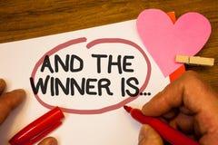 Handwriting tekst I zwycięzca Jesteśmy Pojęcia znaczenie Ogłasza jak najpierw umieszcza w rywalizaci lub rasy Ludzka ręka utrzymu zdjęcia stock