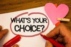 Handwriting tekst Jaki S Twój Wyborowy pytanie Pojęcia znaczenia opci decyzja Woląca Poglądowa Preferansowa Ludzka ręka utrzymuje Zdjęcie Stock