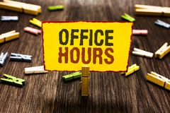 Handwriting tekst pisze Biurowych godzinach Pojęcie znaczy godziny który normalnie prowadzącym Pracującego czasu Clothespin chwyt obrazy stock