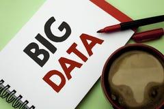 Handwriting tekst pisze Dużych dane Pojęcie znaczy Ogromnego dane technologie informacyjne cyberprzestrzeni Bigdata bazy danych m Zdjęcia Stock