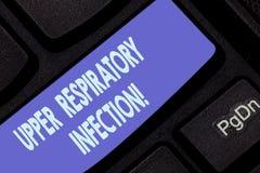 Handwriting tekst pisze Górnej Oddechowej infekcji Pojęcia znaczenia illnesses powodować ostrą infekcji klawiaturą obraz royalty free