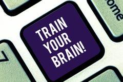 Handwriting tekst pisze pociągowi Twój mózg Pojęcia znaczenie ono Kształci dostaje nową wiedzę ulepsza umiejętności Klawiaturowe obraz stock