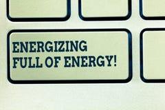Handwriting tekst pisze Wzmacniać Pełno energia Pojęcie znaczy Skupiam się wzmacniał pełno władza motywująca klawiatura zdjęcie royalty free