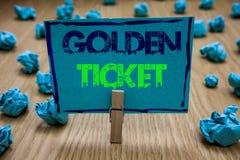 Handwriting tekst pisze Złotym bilecie Pojęcie znaczy Podeszczowego czeka dostępu VIP kasy teatralnej Seat wydarzenia Paszportowe obraz stock