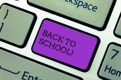 Handwriting tekst pisze Z powrotem szkoła Pojęcia znaczenia odpowiedni czas nabywać schoolbag, pióro, książka, stacjonarna obraz stock