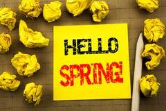 Handwriting tekst pokazuje cześć wiosnę! Biznesowy pojęcie dla lato czasu Witać pisać na kleistym nutowym papierze na rocznika ba Obrazy Stock