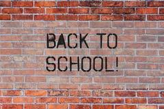Handwriting tekst Z powrotem szkoła Pojęcia znaczenia odpowiedni czas nabywać schoolbag, pióro, książka, stacjonarna ściany z ceg zdjęcie royalty free