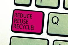 Handwriting tekst Zmniejsza Reuse Przetwarza Pojęcia znaczenia cięcia puszek na kwocie śmieci robimy każdego roku Klawiaturowemu  obraz stock