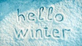 Handwriting teksta «zima «na świeżym białym śnieżnym tekstury tle «cześć obraz stock