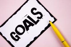 Handwriting teksta cele Pojęć znaczenia Pragnący osiągnięcia Celują Co osiągać w przyszłości chcesz ty piszesz na Białym St zdjęcie stock