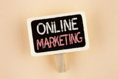 Handwriting teksta Online marketing Pojęcia znaczenie Wprowadzać na rynek cyfrowego reklamowego ogólnospołecznego medialnego hand Obraz Royalty Free