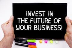 Handwriting teksta pisać Inwestuje W Przyszłości Twój biznes Pojęcia znaczenie Robi inwestycjom ulepszać firmy fotografia royalty free