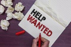 Handwriting teksta pomoc Chcieć Pojęcia znaczenia reklama umieszczająca w gazecie pracodawca aport pracownikami Obsługuje mienie  zdjęcie royalty free