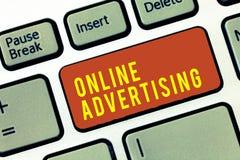 Handwriting teksta reklama online Pojęcia znaczenia sieci Internetowy marketing Promować produkty i usługa zdjęcia royalty free