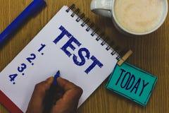 Handwriting teksta testa pojęcia znaczenia Akademicka systemowa procedura ocenia niezawodności biegłości kubka kawy papieru wytrz fotografia royalty free