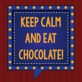 Handwriting teksta utrzymania spokój I Je czekoladę Pojęcie znaczy Everything jest lepszy gdy ty jesz cukierki Obciosujesz mowę obraz stock