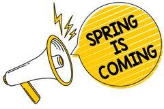 Handwriting teksta wiosna Przychodzi Pojęcia znaczenie Po zima sezonu zbliża się Cieszy się natura kwiaty słońce Przenosi wiadomo Zdjęcie Stock
