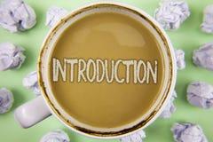 Handwriting teksta wprowadzenie Pojęcia znaczenia Pierwszy część dokument Formalna prezentacja widownia pisać na herbacie w bielu fotografia royalty free