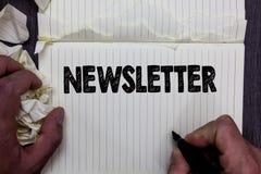 Handwriting teksta writing gazetka Pojęcia znaczenia biuletyn okresowo wysyłał dopisany członek wiadomości notatnika registe fotografia royalty free