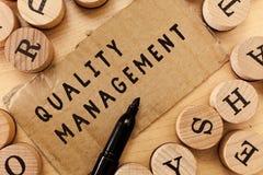 Handwriting teksta writing ilości zarządzanie Pojęcia znaczenie Utrzymuje doborowość wysokiego standardu produktu Równe usługa obrazy royalty free