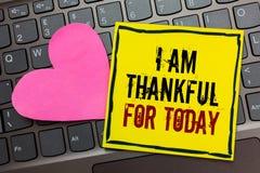Handwriting teksta writing Jestem Dziękczynny Dla Dzisiaj Pojęcia znaczyć Wdzięczny o utrzymaniu jeden więcej dzień filozofia Pis obrazy stock