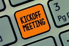 Handwriting teksta writing Kickoff spotkanie Pojęcia znaczenia Specjalna dyskusja na legalność wymagać w projekcie fotografia stock