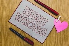 Handwriting teksta writing prawica Mylna Pojęcia znaczenie wybiera między dwa decyzjami poprawnymi i zły jeden robić kawałka papi fotografia stock