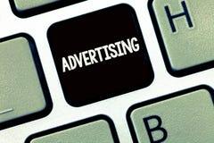 Handwriting teksta writing reklama Pojęcia znaczenia inscenizowania reklamy dla handlowych produktów lub usługa zdjęcia royalty free