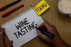 Handwriting teksta writing wina degustacja Pojęcie znaczy Degustation alkoholu Ogólnospołecznego zgromadzenia Wyśmienitą wytwórni obrazy royalty free