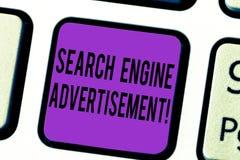 Handwriting teksta wyszukiwarki reklama Pojęcia znaczenie Umieszcza online reklamy na webpages Klawiaturowym kluczu zdjęcie stock