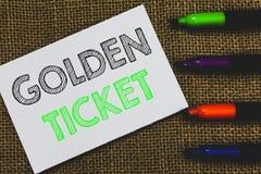 Handwriting teksta Złoty bilet Pojęcie znaczy Podeszczowego czeka dostępu VIP kasy teatralnej Seat wydarzenia Paszportową białą k zdjęcia royalty free