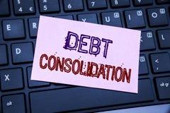 Handwriting zawiadomienia tekst pokazuje dług konsolidację Biznesowy pojęcie dla pieniądze pożyczki kredyta pisać na kleistym nut fotografia royalty free