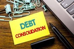 Handwriting zawiadomienia tekst pokazuje dług konsolidację Biznesowy pojęcie dla pieniądze pożyczki kredyta pisać na kleistym nut obrazy royalty free
