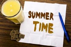 Handwriting zawiadomienia tekst pokazuje lato czas Biznesowy pojęcie dla Wakacyjnego podróży powitania pisać na tkankowym papierz ilustracji
